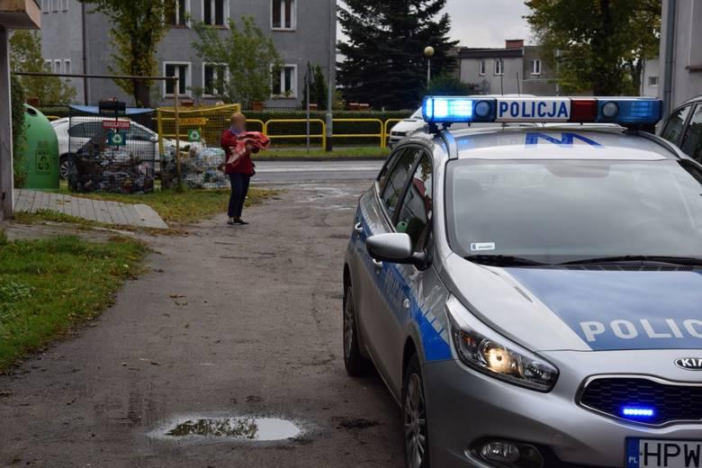 Kobieta znalazła noworodka w śmietniku na tyłach kamienicy przy ulicy Armii Krajowej w Szczecinku.Jak powiedziała nam kobieta, która znalazła dziecko,