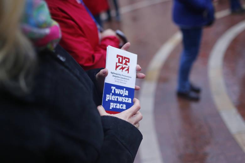Ile pieniędzy obiecują wyborcom wszystkie partie? Rząd PiS daje 2600 zł brutto od 1 stycznia 2020 r. Co proponują inni?