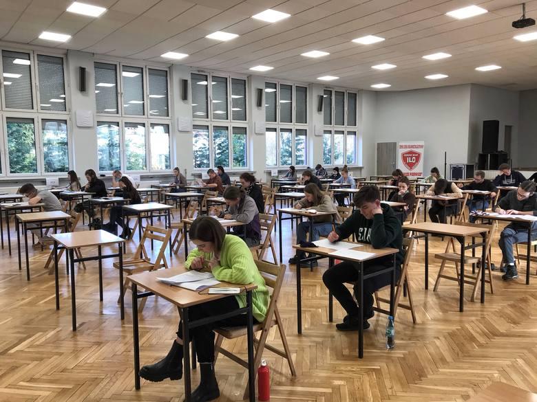 Do tegorocznego egzaminu maturalnego zostało niecałe 100 dni.  Przygotowania nie są łatwe, bo odbywają się zdalnie.