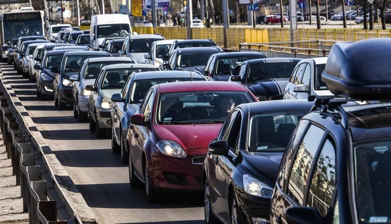 Motoryzacja w Polsce nigdy nie miała szczęścia do ludzi, którzy próbują nią zarządzać. Jedyne co potrafią, to wprowadzać nowe podatki lub opłaty. Co