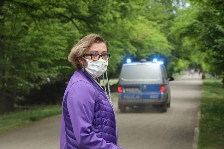 Konieczność zakrywania ust i nosa wprowadzono 16 kwietnia w związku z pandemią koronawirusa. Po ponad miesiącu obowiązywania tego nakazu pojawiają się