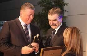 Bertus Servaas, prezes zarządu Vive Textile Recycling odbiera nagrodę z rąk Wojciecha Lubawskiego, prezydenta Kielc.
