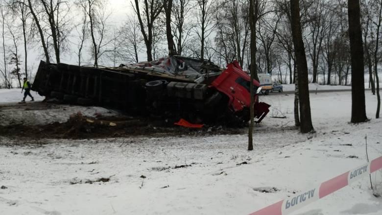 Śmiertelny wypadek w Boćkach zablokował DK19. Ciężarówka zderzyła się z osobówką