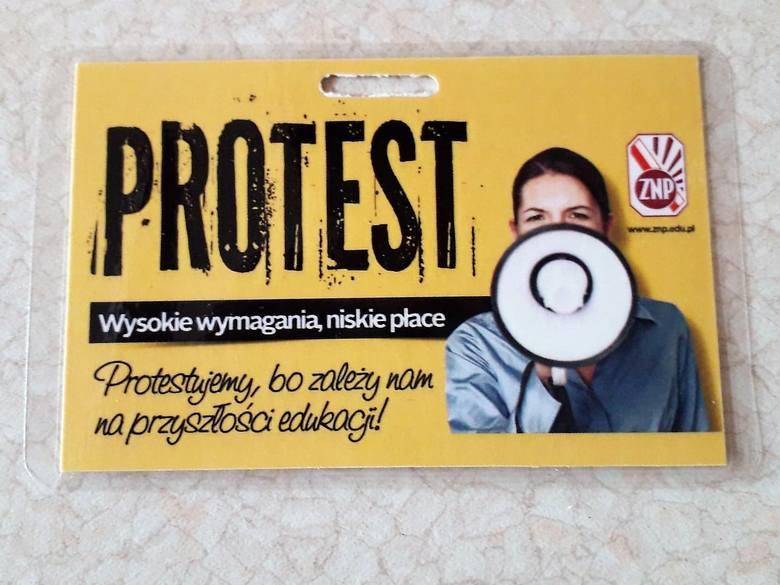 """Referenda strajkowe w szkołach w Rybniku od poniedziałku. Nauczyciele z Rybnika dostali już """"protestacyjne plakietki"""""""