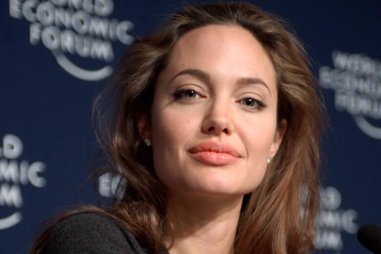 Angelina JolieAngelina Jolie wraz z Bradem Pittem stała się mistrzynią łączenia kariery z działalnością charytatywną. Media okrzyknęły nawet wpływ, jaki