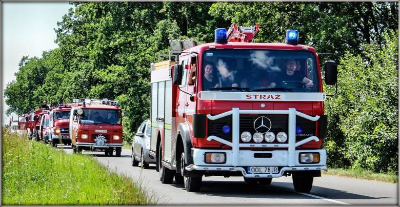 119 samochodów przyjechało do Główczyc na zlot wozów strażackich Były zarówno zabytkowe samochody, jak i nowiutkie cacka kosztujące po prawie milion