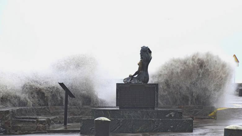 Od kilkunastu godzin na wybrzeżu bałtyckim trwa sztorm. W wielu miejscach woda przekroczyła stany alarmowe, w Ustce występują lokalne podtopienia w wyniku