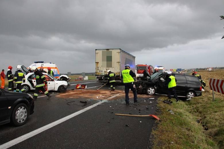 10 października 56-letni kierowca volkswagena sharana wymusił pierwszeństwo na daewoo lanosie, którym kierował 52-letni mężczyzna. Dwie osoby zostały