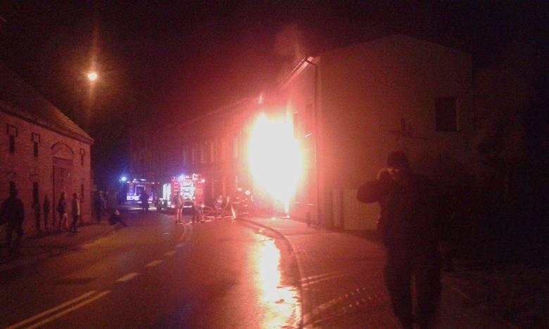 Nocny pożar w Suchaniu. Jedna osoba zatruła się dymem