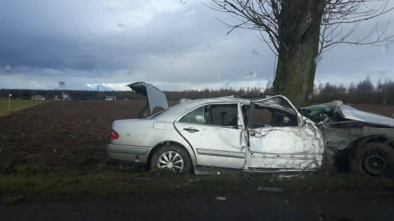 Koło Malechowa, na drodze krajowej nr 6, doszło do wypadku. Kierowca samochodu osobowego stracił panowanie i uderzył w drzewo. Zobacz także: Wypadek