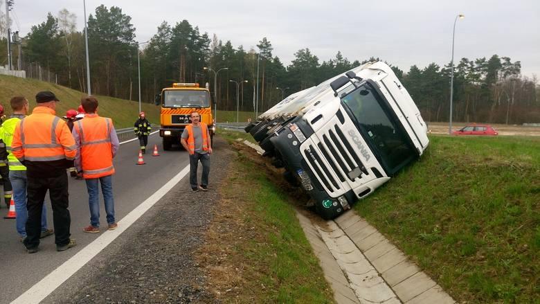 W poniedziałek, 11 kwietnia, na południowym węźle obwodnicy Międzyrzecza tuż przed wjazdem na trasę szybkiego ruchu S3 przewróciła się ciężarówka z naczepą.Do