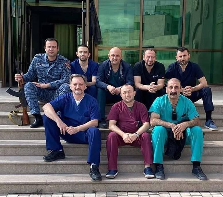 Lekarze przed szpitalem w Stepanakercie