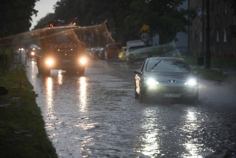 Gwałtowne burze nadciągają nad woj. śląskie. Grad i zalane drogi sparaliżowały ruch w wielu miastach