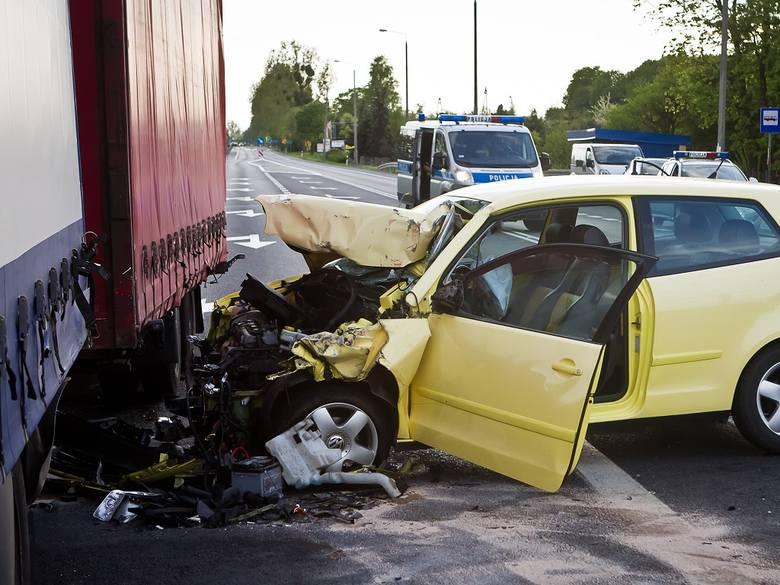 Dwa samochody osobowe i ciężarówka zderzyły się w Niwach.