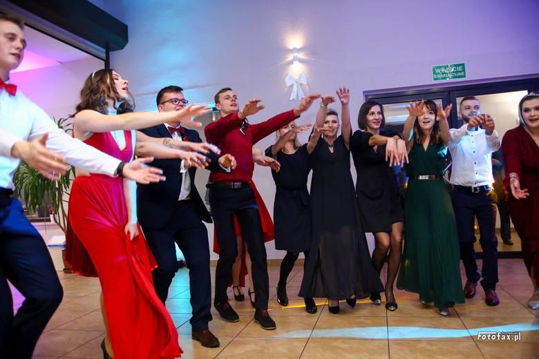 Uczniowie Zespołu Szkół Zawodowych w Oleśnie bawili się na balu maturalnym 18 stycznia w oleskiej restauracji Knag.