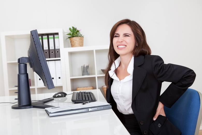 """Praca przed ekranem komputera czy długotrwałe siedzenie przed telewizorem prowadzi do statycznego obciążenia kręgosłupa, w której ciało """"zastyga"""" w jednej,"""