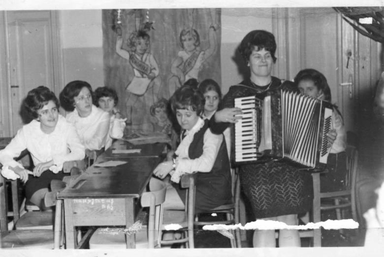 Skierniewicki Ekonomik, dzisiejszy Zespół Szkół nr 3, nazywany też Szkołą pod Lasem, obchodzi 95. urodziny. Przedstawiamy historię szkoły od początku jej istnienia do czasu, gdy placówka przeniosła się na ul. Działkową, czyli pod las. Na pewno wielu skierniewiczan odnajdzie na tych zdjęciach...