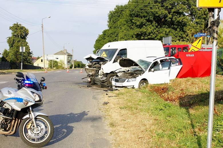 48-letnia pasażerka skody zginęła na miejscu. Kierujący octavią 47-latek oraz drugi pasażer w wieku 15 lat z obrażeniami trafili do szpitala.