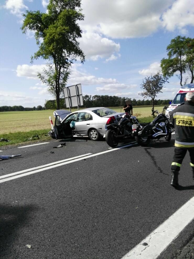 Samochód osobowy marki honda wjechał w grupę około 10 motocyklistów. Na miejscu pracują służby. Pomimo reanimacji jeden z motocyklistów zmarł. Wielu