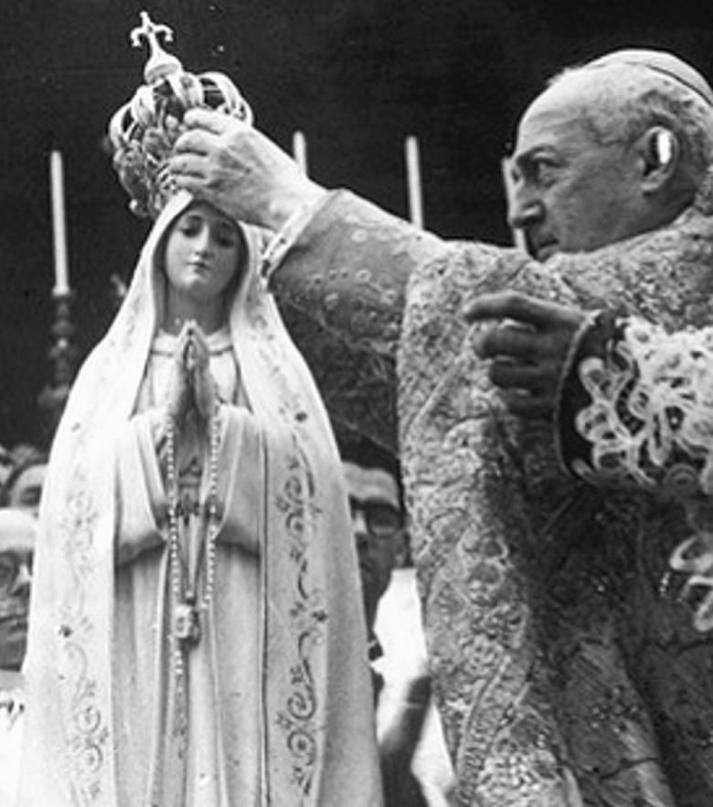 13 maja 1917 r. Łucja dos Santos miała 10 lat. Matkę Bożą ujrzało także dwoje kuzynów Łucji: dziewięcioletni Franciszek i siedmioletnia Hiacynta Mar