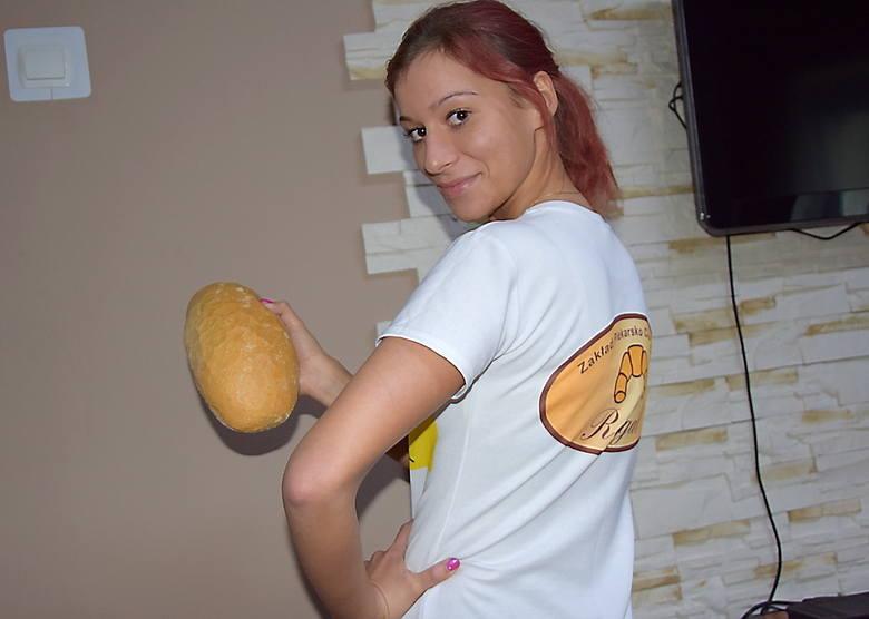 Piotr Murawski - piecowy wyjmuje upieczony chleb.
