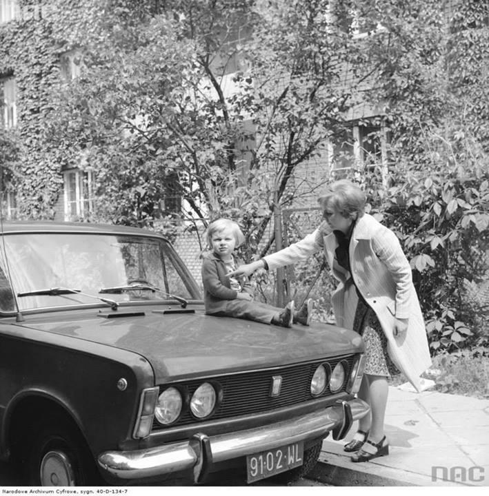 Dziecko na masce samochodu Fiat 125p, 1976-06.