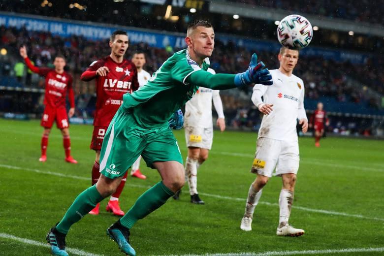 Akurat on broni się na poziomie ekstraklasy. W meczu z Wisłą Kraków wyczuł intencje Alona Turgemana z 18 minuty i tym samym nie padła druga bramka dla