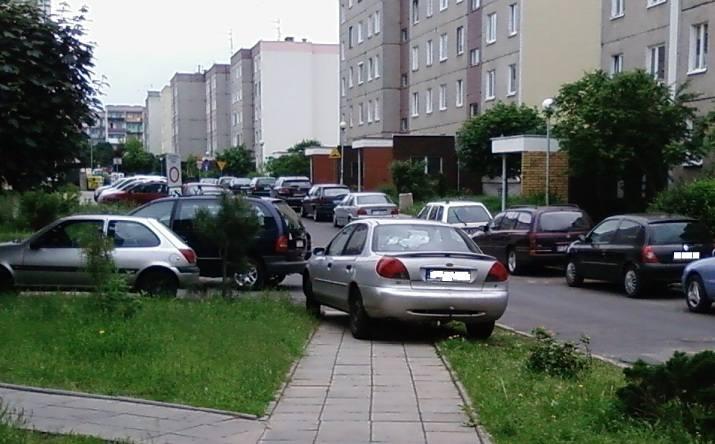 Parkowanie na chodniku jest bardzo popularne