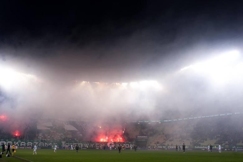 W sobotę piłkarze Lechii Gdańsk w efektownym stylu pokonali Górnika Zabrze 4:0. W pewnym momencie pojedynek musiał zostać przerwany, bo na trybunach
