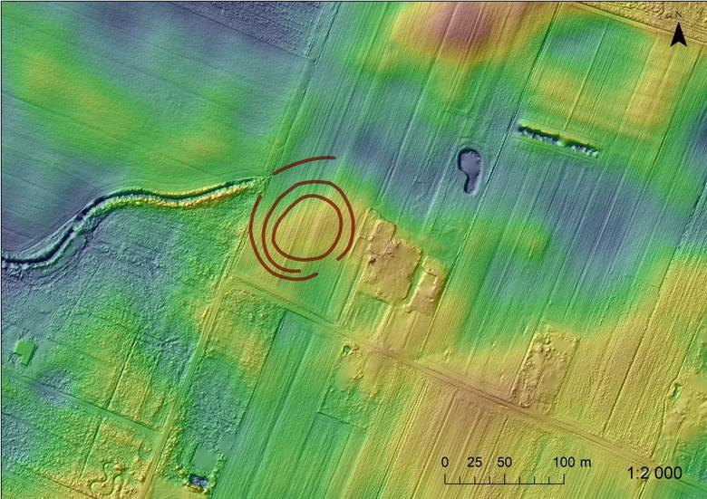 Rondel w m. Łysomice, plan hipsometryczny z naniesionym obrysem rowów odkrytego obiektu