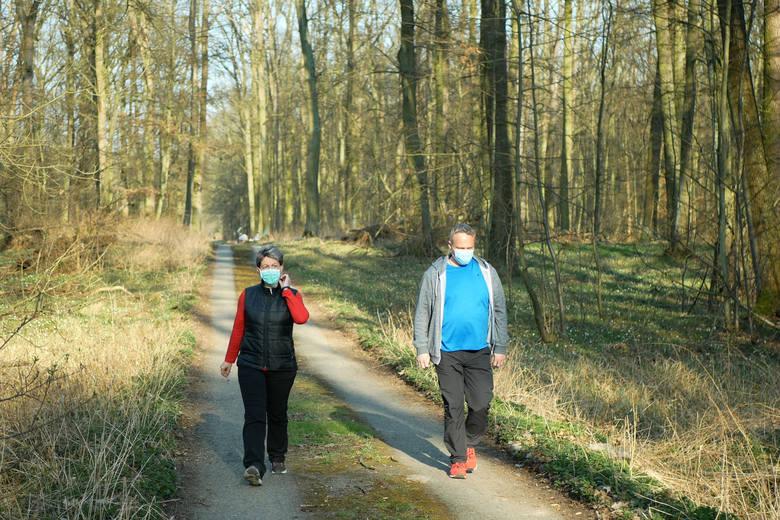 Wycieczkę do lasu można odbyć wyłącznie z osobami, z którymi przebywa się na co dzień. Nie należy traktować lasu lub parku jako miejsca spotkań ze znajomymi