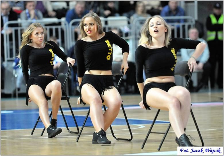 Cheerleaders podczas meczu AZS Koszalin - Anwil Włocławek. Mecz wygrał zespół z Koszalina 89:64