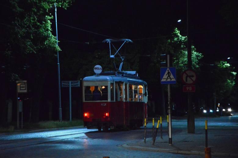 Tramwaj linii 19, w dodatku na ul. Dyrekcyjnej i to w nocy? Takiego widoku już na pewno nigdy nie zobaczymy. Na pożegnanie torowiska na ul. Dyrekcyjnej,