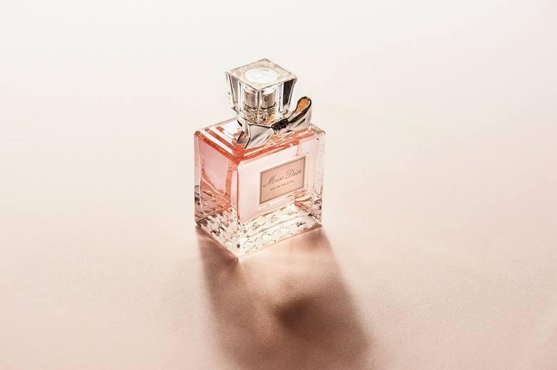 Spodobał ci się perfum, który ma siostra lub koleżanka? Nie kupuj produktu, dopóki nie wiesz, jak pachnie na twojej skórze! Każde perfumy inaczej pachną
