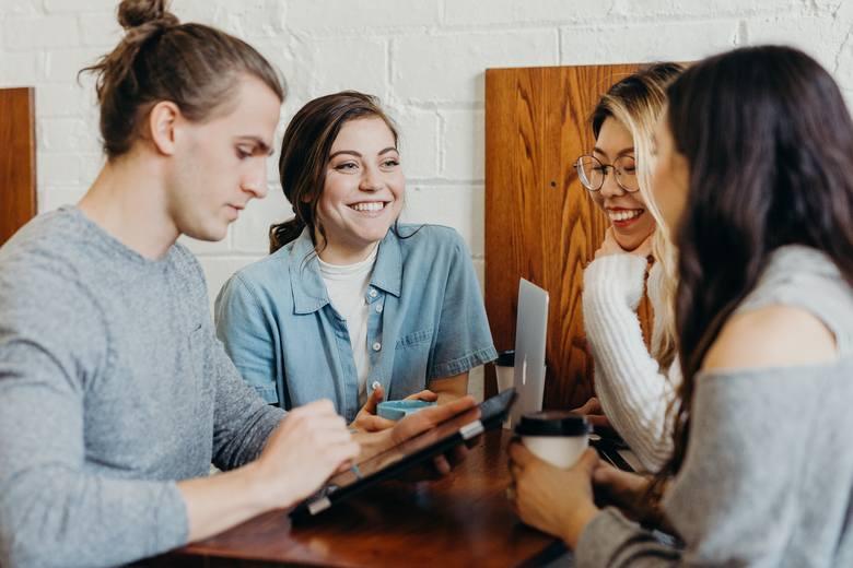 Kontaktów interpersonalnych można, a nawet trzeba się nauczyć. Liczą się uprzejmość, życzliwość i budowanie pozytywnych relacji.