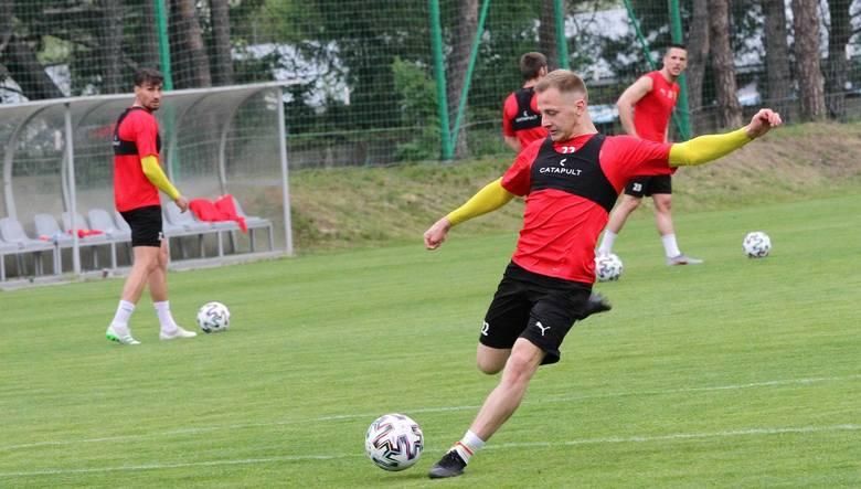 Korona Kielce przygotowuje się do wznowienia rozgrywek w PKO Ekstraklasie. We wtorek podczas popołudniowych zajęć na boisku przy ulicy Kusocińskiego