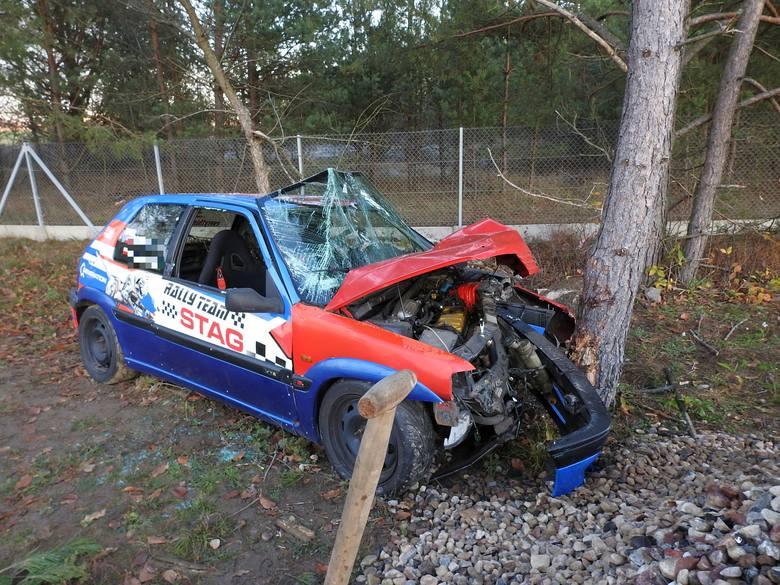 Kierowca peugeota 106 wypadł z zakrętu i uderzył w drzewo.