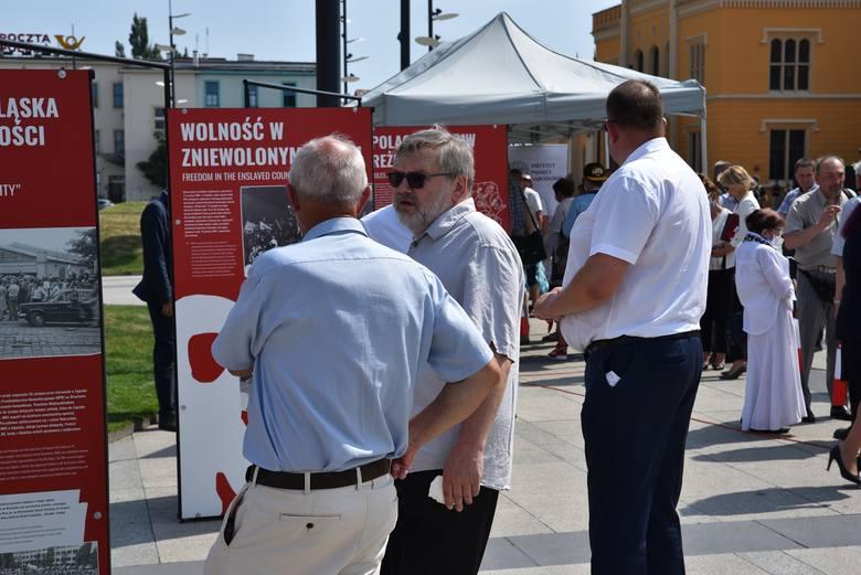 """Wrocław. Od lewej: Tomasz Wójcik (członek prezydium ZR Dolny Śląsk NSZZ """"Solidarność"""", Jarosław Broda (Dyrektor Programowy TVP Wrocław), nn."""