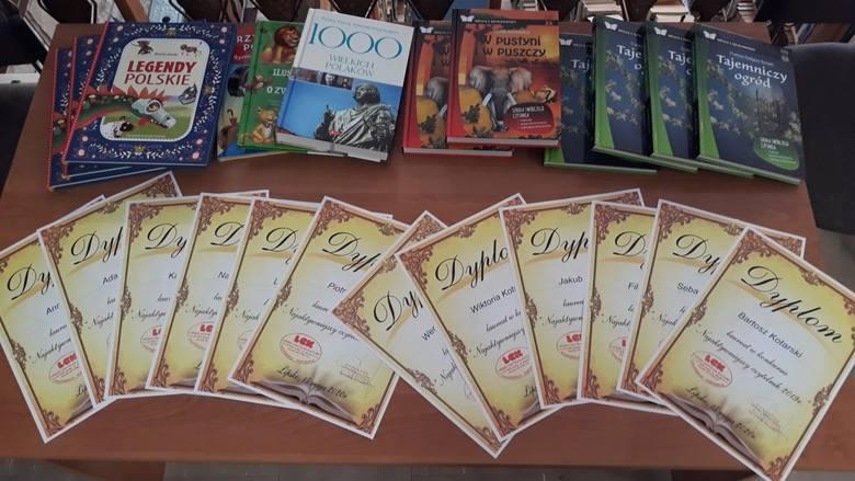 Najaktywniejsi czytelnicy otrzymali takie pamiątkowe dyplomy oraz książki.