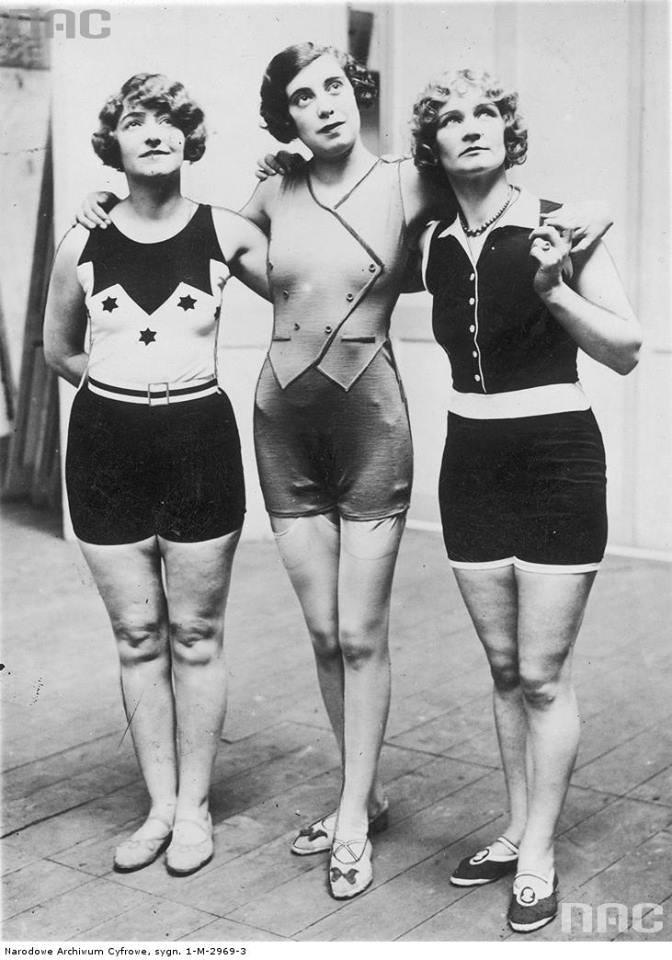 Modelki w kostiumach kąpielowych.
