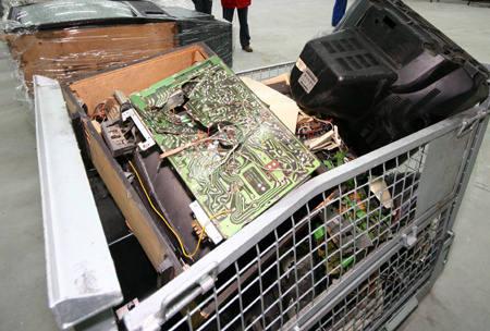 Starych lodówek, podobnie jak i telewizorów czy laptopów nie można wrzucać do śmietnika wraz z innym odpadkami