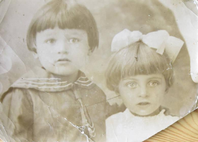 Ryszard i Irena, rodzeństwo Elżbiety Rojek, dzieci Stefana i Eweliny Walczaków.<br />