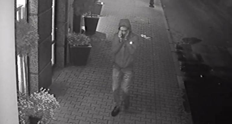 Mężczyzna, który zaatakował 21-latka był ubrany w czarną kurtkę ze znaczkiem 4F