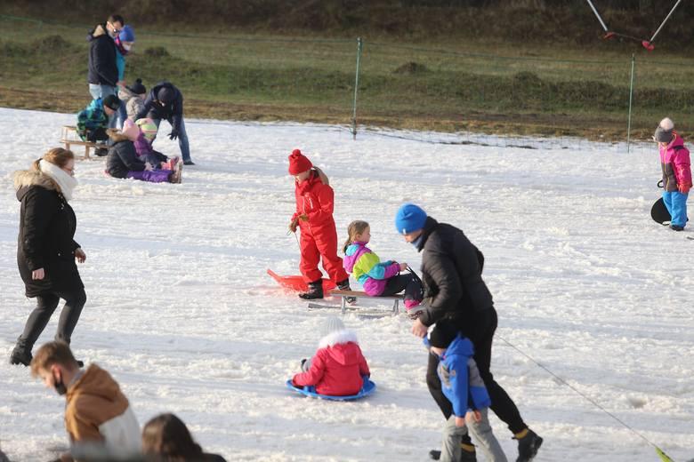 Pomimo zakazów, Stok - Sport Dolina w Bytomiu cały czas jest otwarty. Toteż mieszkańcy aglomeracji całymi rodzinami ściągają do Bytomia na sanki. Lepią