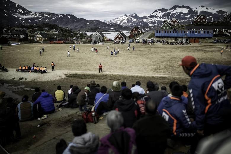 Boiska w Grenlandii w niczym nie przypominają obiektów z innych zakątków świata. Niezwykle srogi klimat powoduje, że o trawiastej nawierzchni nie może