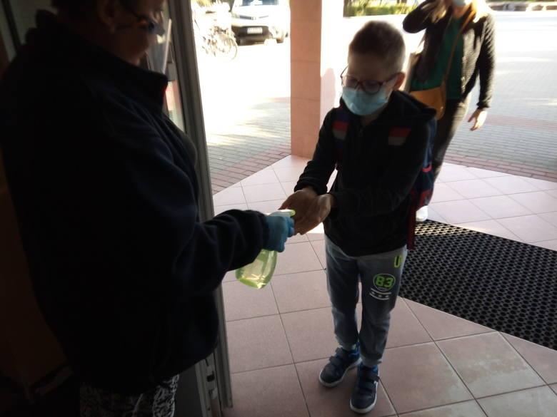 Dezynfekcja rąk przed wejściem do szkoły to standard.