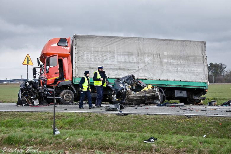 Kierowca alfy romeo wypadł ze swojego pasa i zderzył się z ciężarowym MAN-em. 30-letni pasażer zginął na miejscu. 30-letni kierowca i 17-letnia pasażerka
