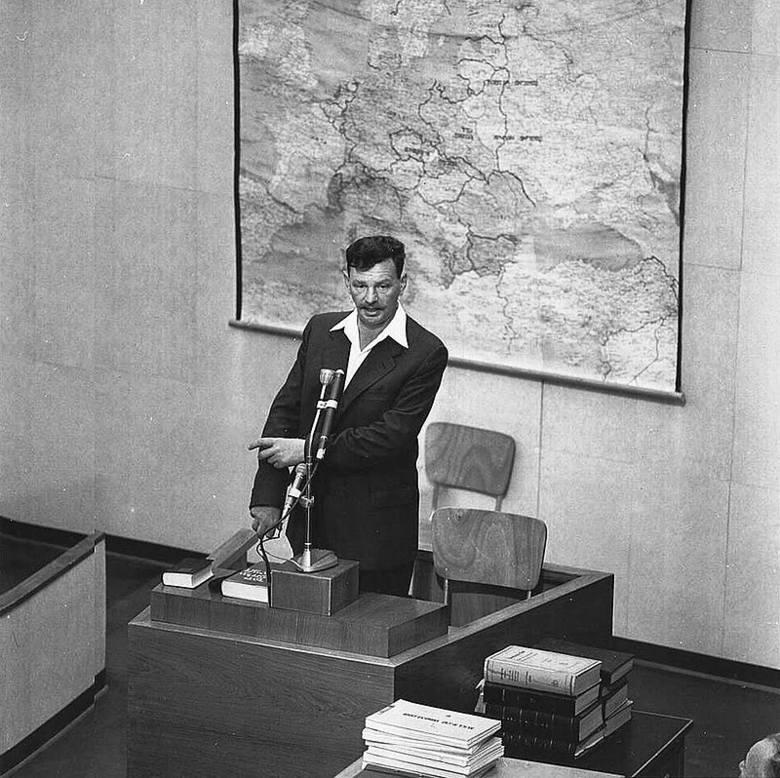 """Icchak Cukierman ps. """"Antek"""" - urodził się w 1915 r. w Wilnie. Przed wojną działał w lewicowych organizacjach syjonistycznych. Na początku II wojny światowej tworzył w Wilnie syjonistyczną konspirację. Wiosną 1940 r. przeniósł się do Warszawy, gdzie został liderem Droru, lewicowego ruchu..."""