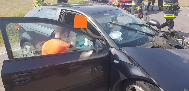 Wypadek w Sierakowie. Samochód osobowy zderzył się z ciężarówką. Są ranni