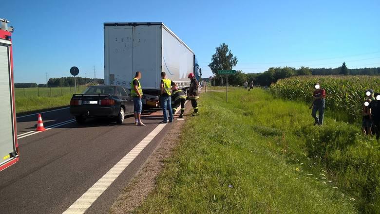 Do wypadku doszło w środę około godziny 8:40. Na trasie DK 61 w pobliżu miejscowości Adamowo, audi wbiło się pod naczepę TIR-a. Kierujący osobówką prawdopodobnie